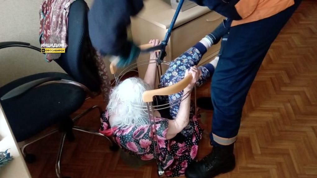 93-летняя жительница Новосибирска застряла в журнальном столике