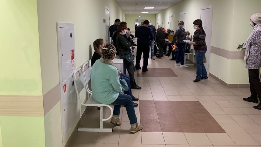 Новосибирцы жалуются на 10-часовые очереди в поликлиники