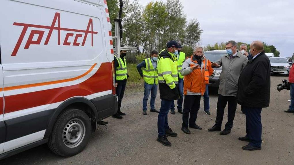 «Дорогу люди ждали долгие годы»: губернатор Александр Бурков проверил ремонт трассы в Омской области