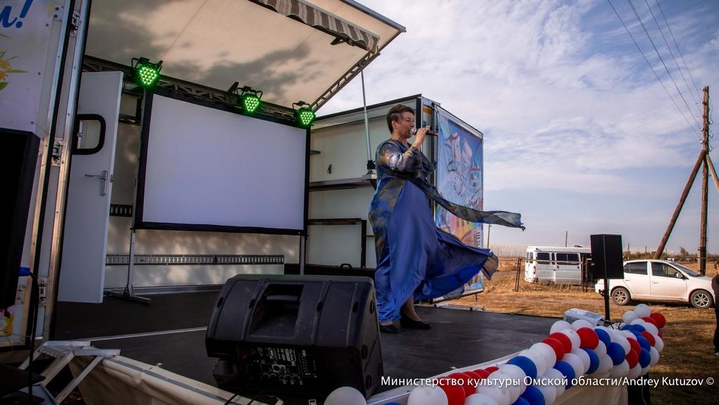 Поздравлять омичей с Днем Победы поедет «Дом культуры на колесах»