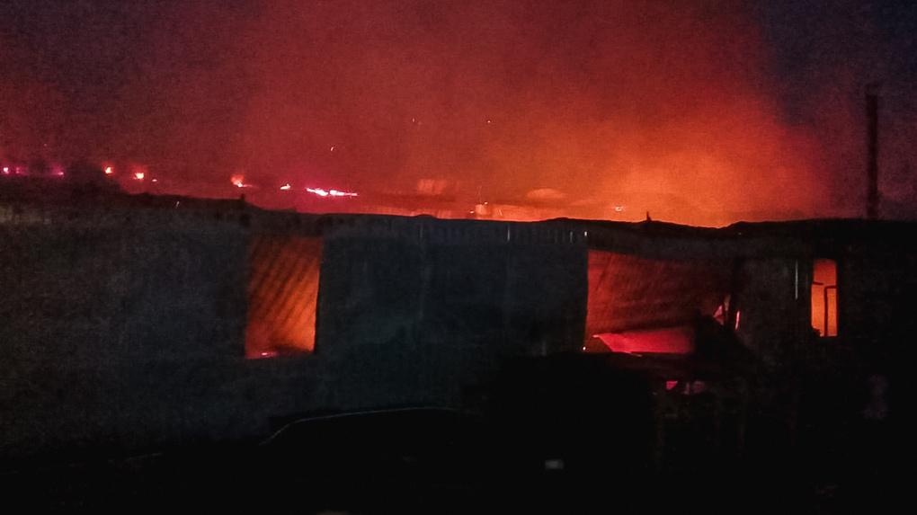Сгорели пять свиней и 500 птиц. В Омской области восемь часов тушили пожар