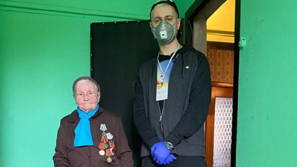 «Теперь я волонтёр»: жених Ольги Бузовой из Новосибирска помогает столичным пенсионерам в самоизоляции