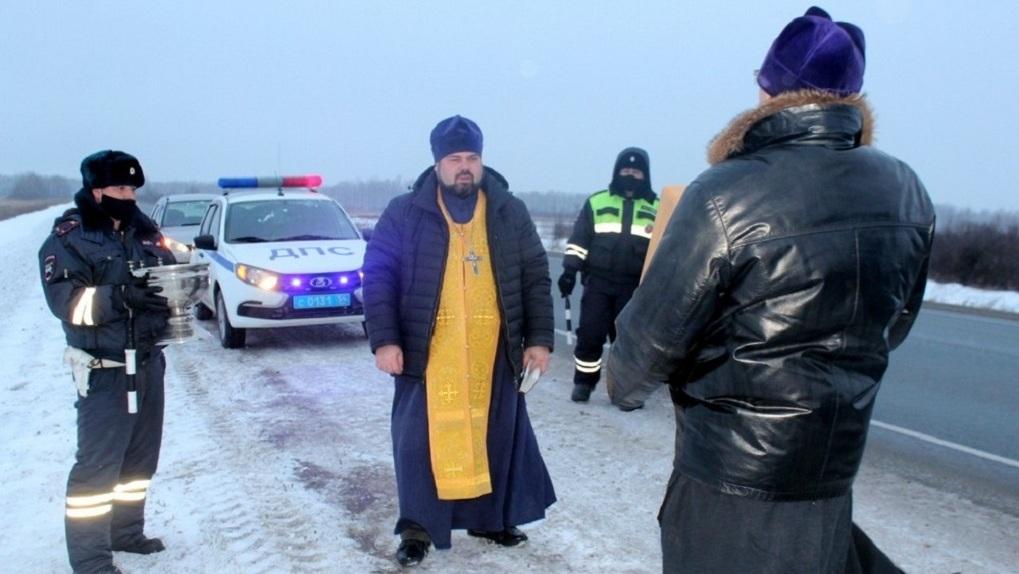 «С божьей помощью»: в Новосибирской области церковь освятила самые аварийно опасные места на трассе