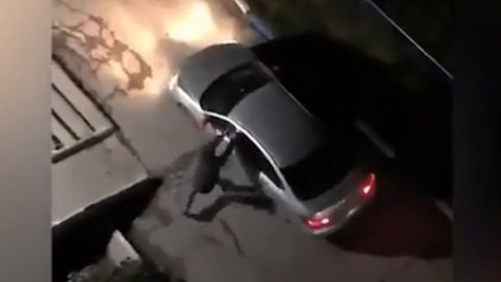 Разъярённый новосибирец разбил машину таксиста за отказ везти детей без кресла