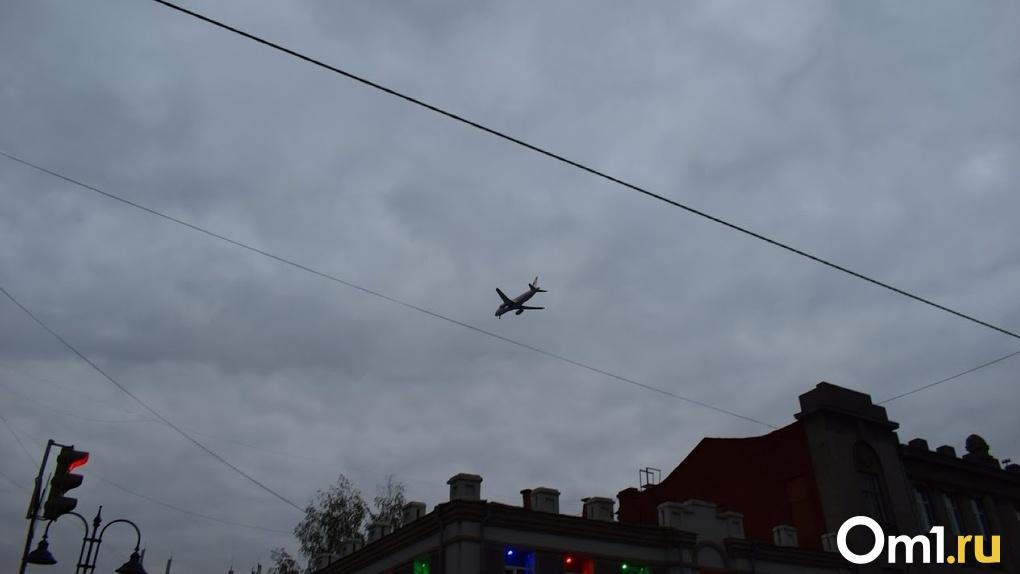Заминированный самолет приземлился в Омске. Все, что известно на данный момент