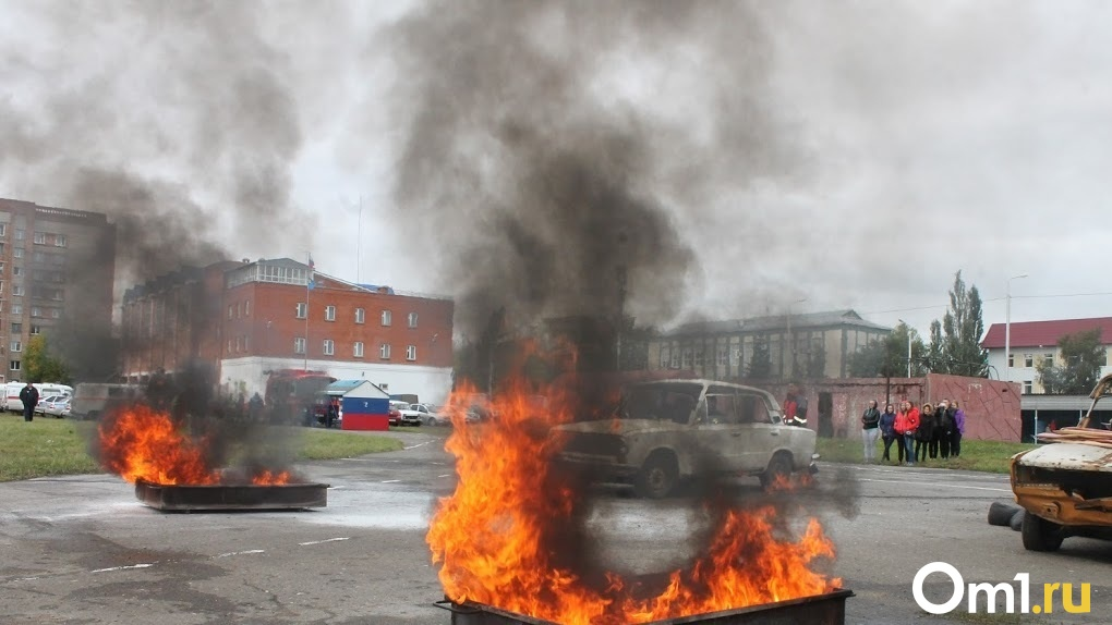 В Омске вспыхнул припаркованный у стоянки автомобиль