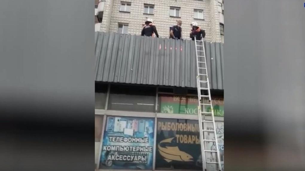 В Новосибирске двухлетняя девочка выпала из окна пятого этажа