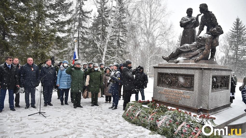 Бурков и полпред Меняйло открыли в Омске памятник, посвященный военным медикам