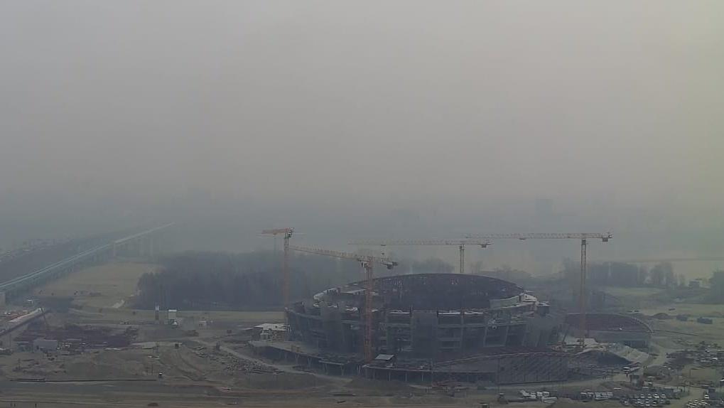 «Сибирь во мгле»: едкий дым от природных пожаров окутал Новосибирск и Омск (мрачные кадры)