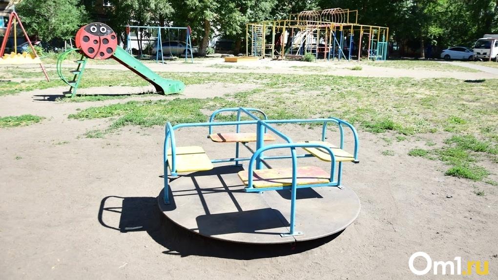 Качели без сидений и незакреплённые футбольные ворота. В Омске нашли сотни опасных детских площадок