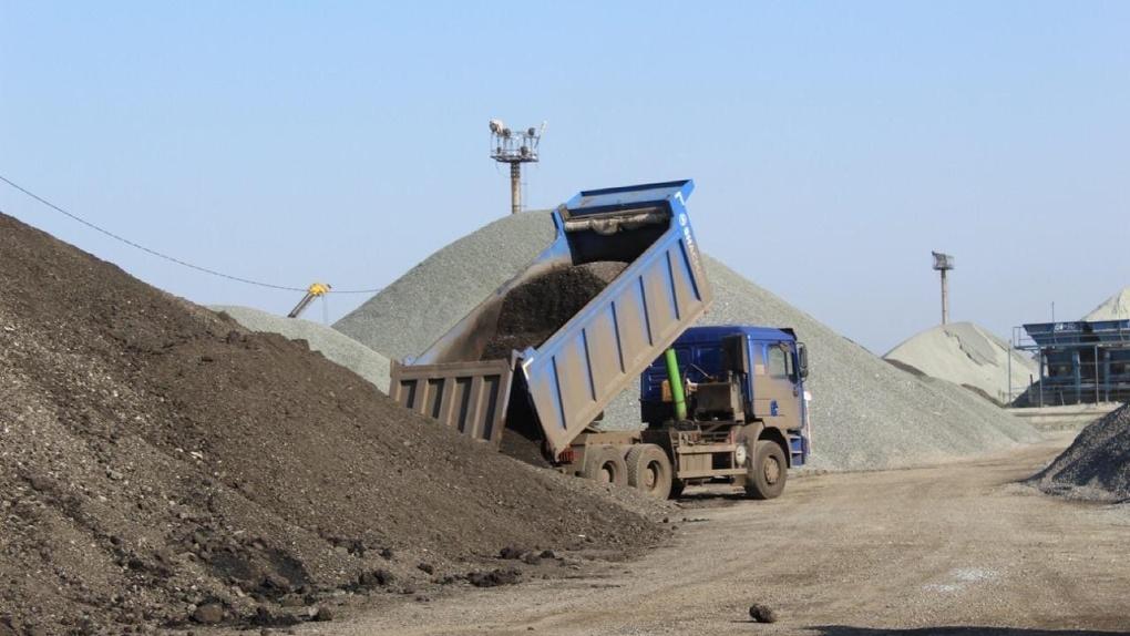 Омич украл 117 тонн асфальта с трассы, чтобы уложить его около дома