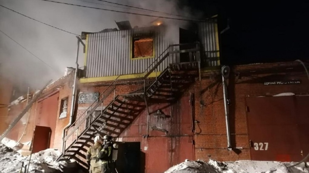 Четыре человека погибли в страшном пожаре в гаражном комплексе в Новосибирске