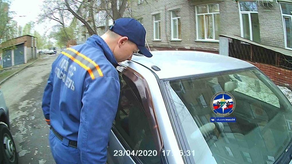 Годовалый мальчик из Новосибирска остался совсем один в заблокированной машине