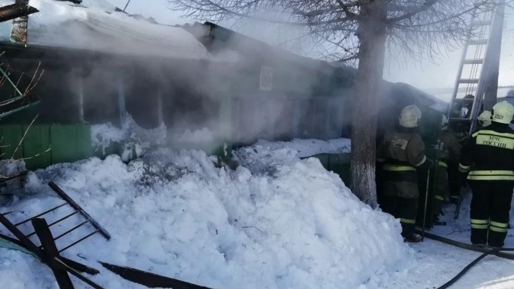 Омичи в результате пожара остались без дома и личных вещей. В соцсетях собирают помощь