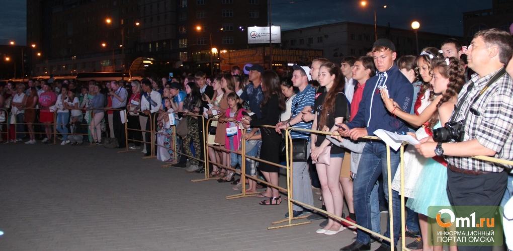 Мэр Омска не смог приехать на городской выпускной вечер