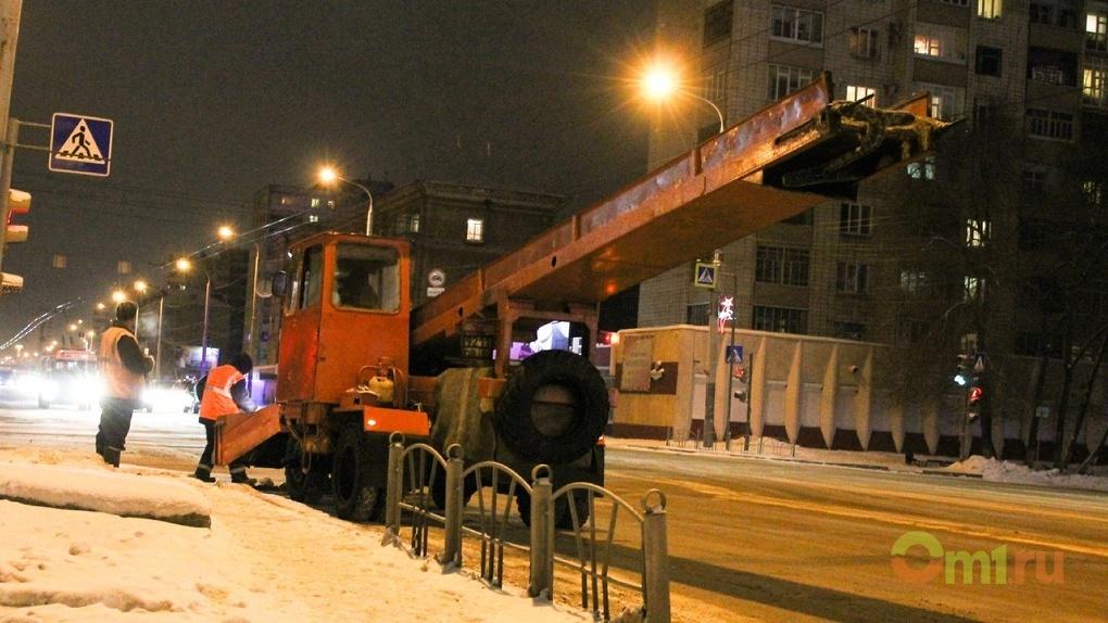 Очищать Омск от снега выехали 360 машин