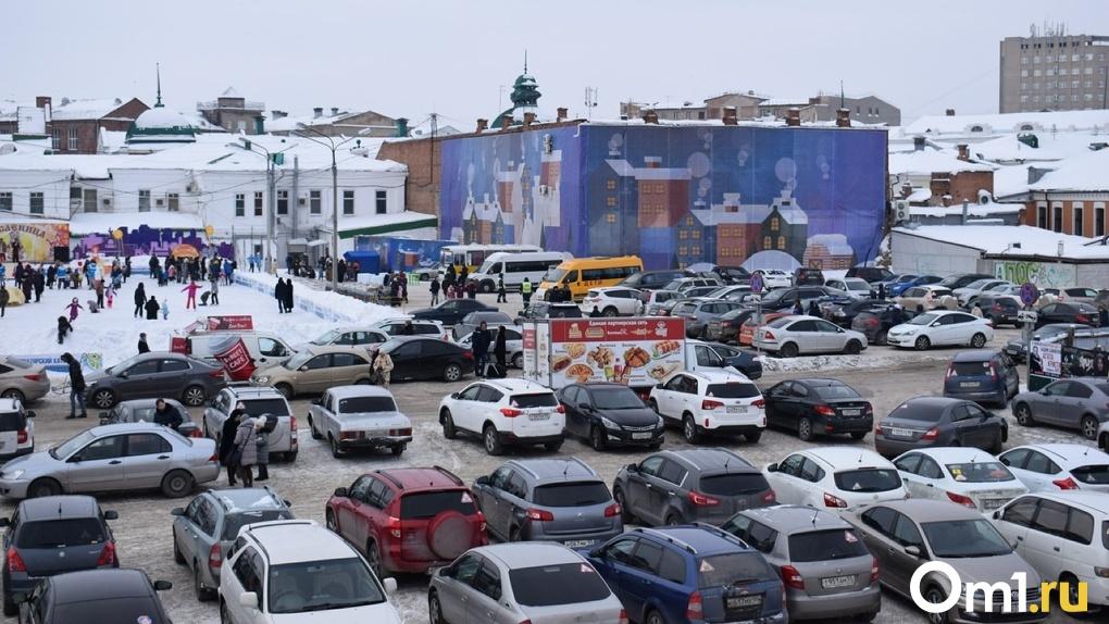 Омичам показали, где в новогодние праздники лучше оставить машину