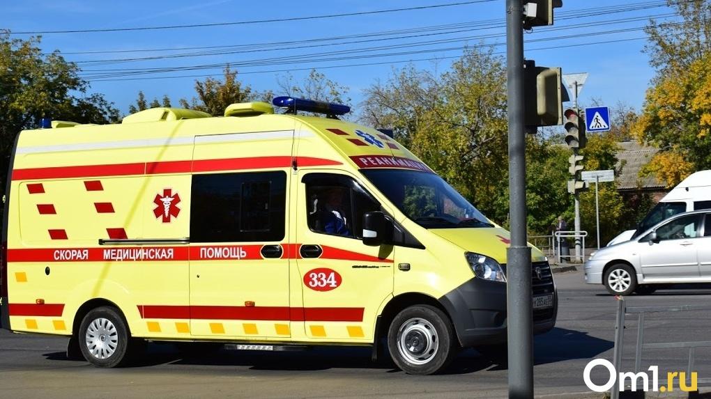 В Омской области автомобиль скорой помощи застрял в грязи вместе с пациентом