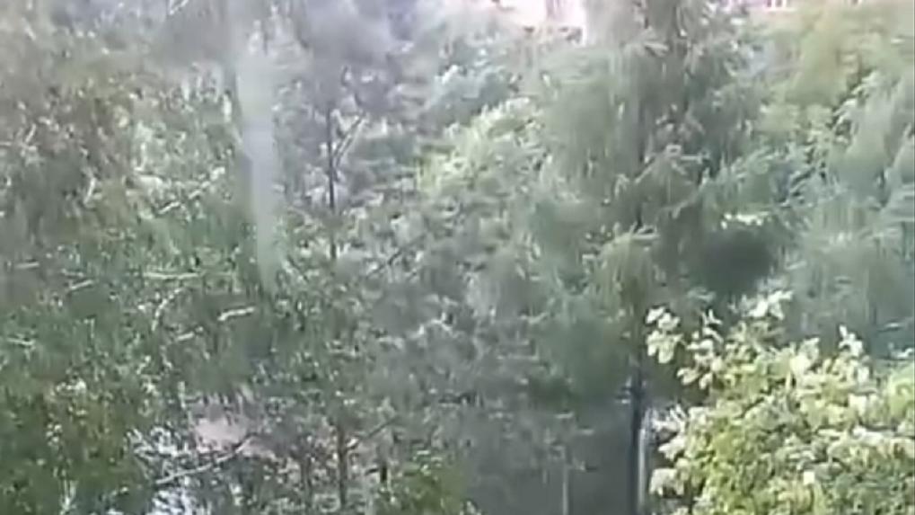 «Мгновенно обрушился град»: по Новосибирску пронёсся ураган