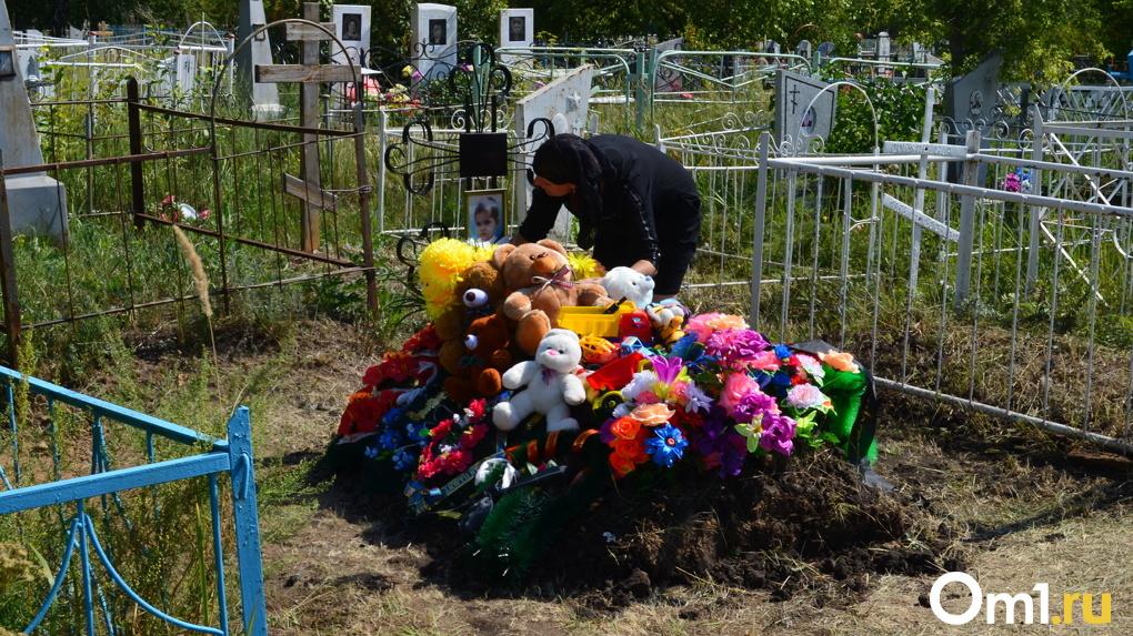 Одежду в гробик искали по соседям. Омская общественница рассказала о семье, в которой убили ребёнка
