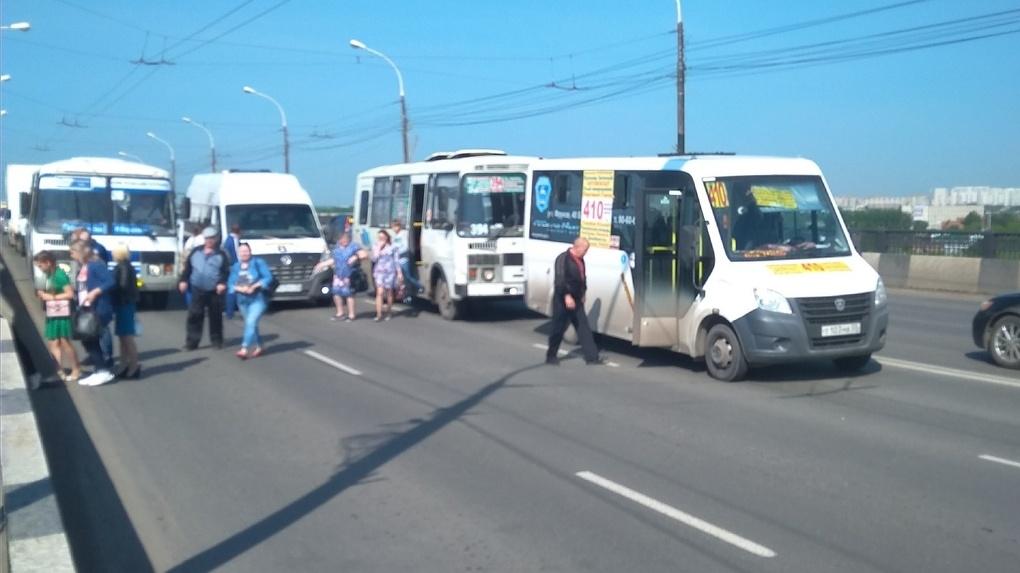 В Омске на Ленинградском мосту столкнулись 4 автобуса