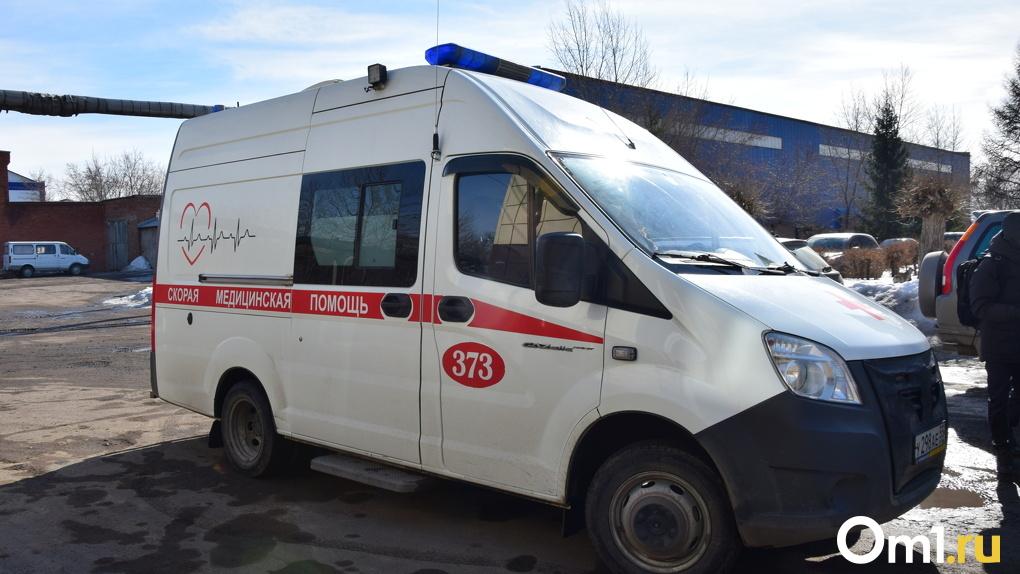 В Омске скорая помощь столкнулась с «легковушкой» и вылетела на тротуар