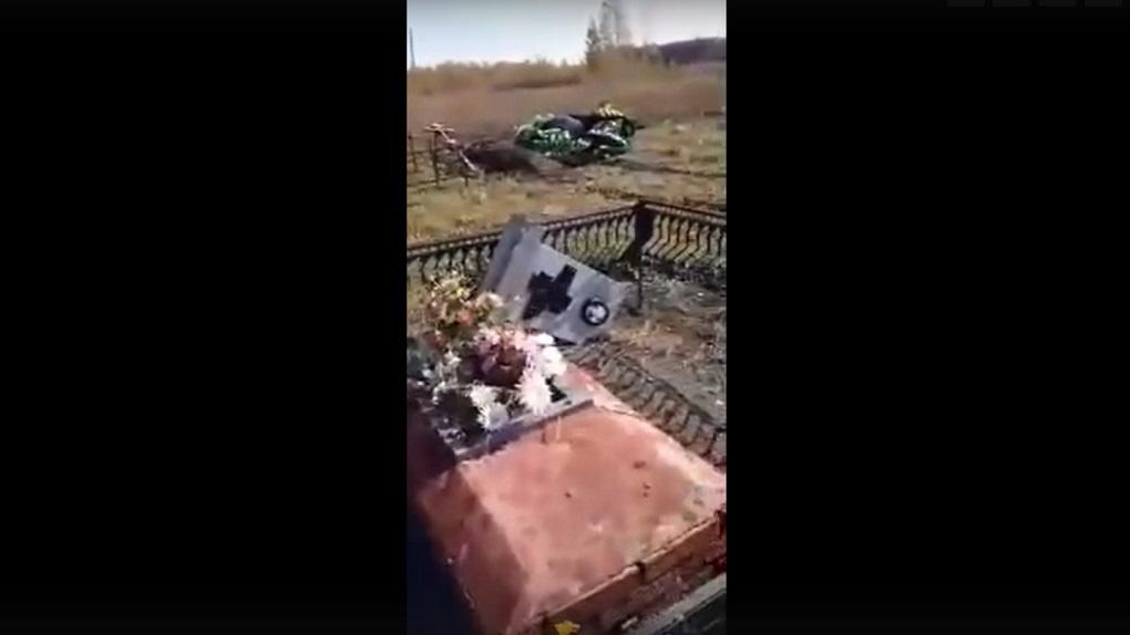 «Это дебилизм»: неизвестные устроили погром на новом кладбище в Новосибирской области