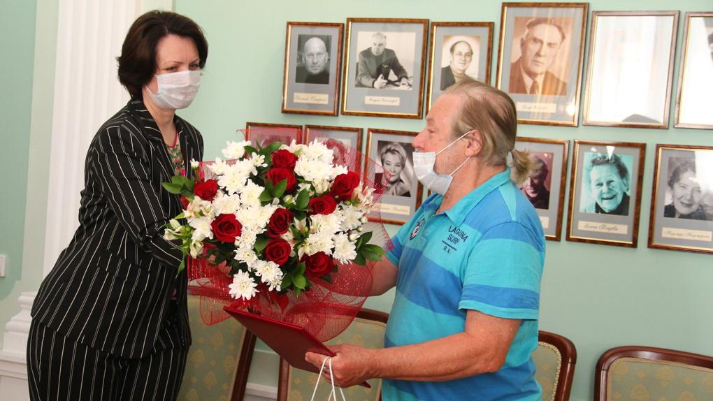 Мэр Оксана Фадина поздравляет почётных омичей с Днём города