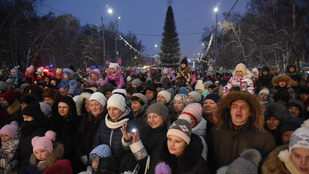 «Мини-Беловодье» и салют: что было на открытии главной елки Омска