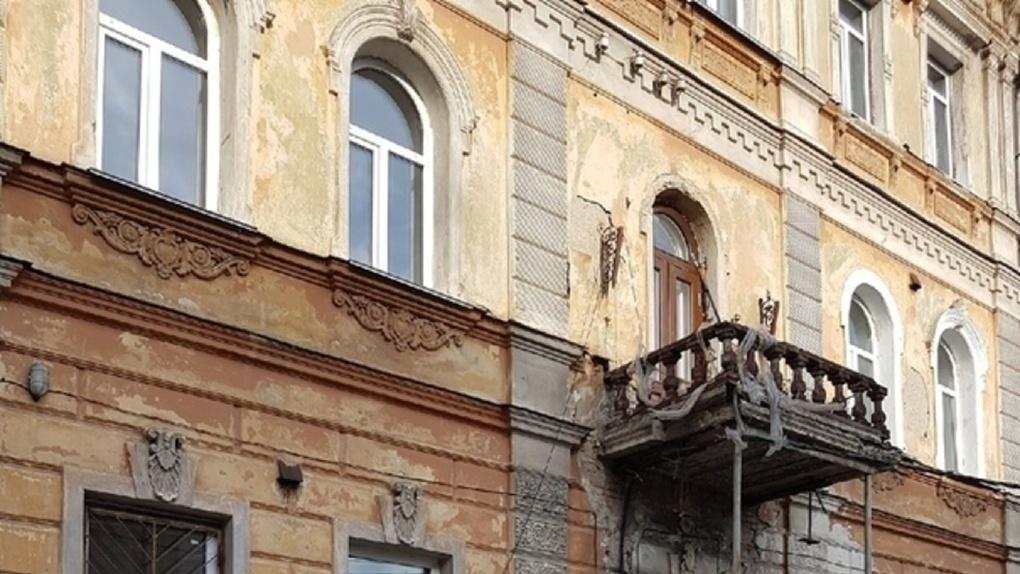 В Омске ищут желающих очистить лепнину на здании «Шебалинки»
