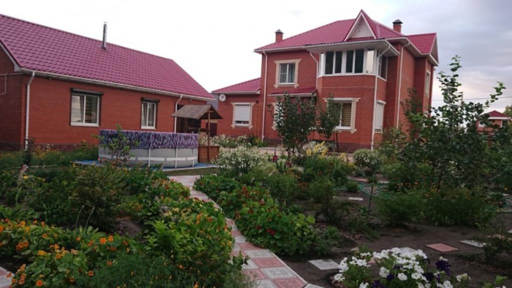 Под Омском за 14 миллионов продаётся коттедж с фруктовым садом и фресками ручной работы