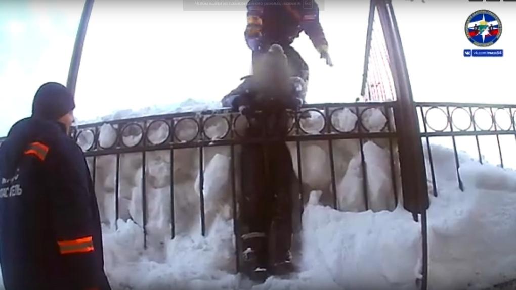 В Новосибирске спасли школьника, который застрял между сугробом и забором