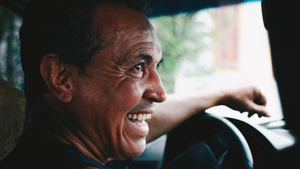 Омичей просили держаться подальше от такси, если водитель без маски