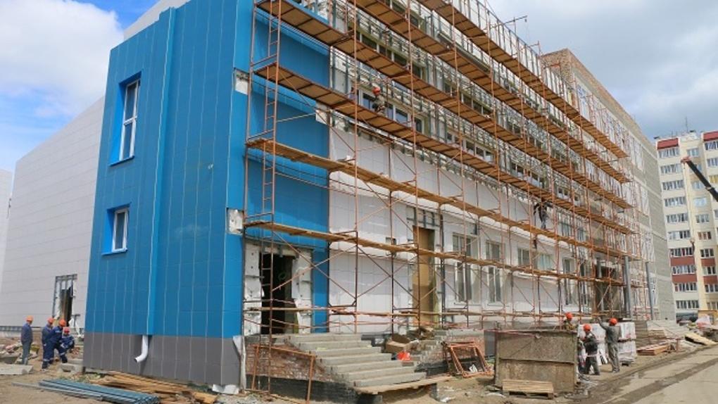 В Омске строят школу, где смогут учиться больше тысячи детей – губернатор проверил темпы строительства