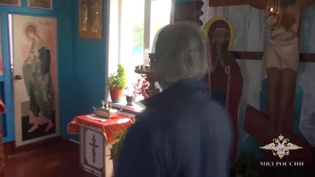 Омич похитил мощи святых из храма с помощью вил