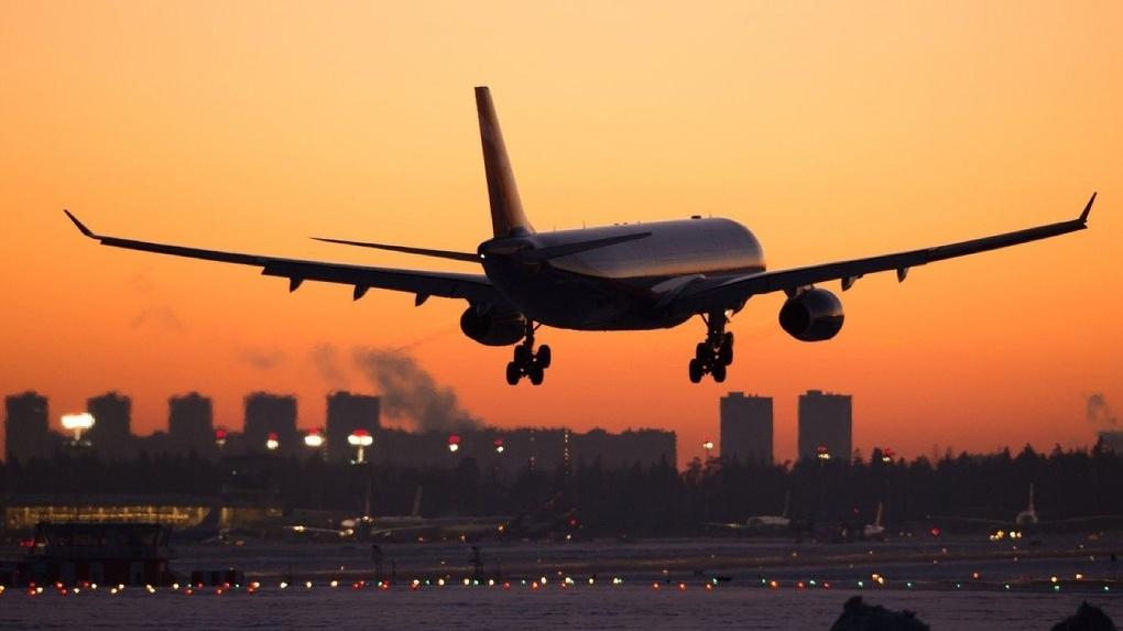 Самолет из Омска в Москву совершил экстренную посадку в Екатеринбурге