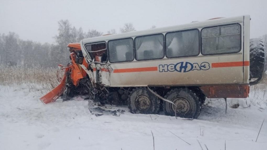 Страшная смерть. На трассе Омск-Новосибирск вахтовый автобус вылетел на встречку под «КамАЗ»