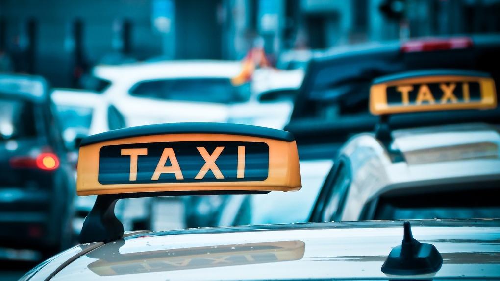 Омский таксист сбежал из карантина на работу?
