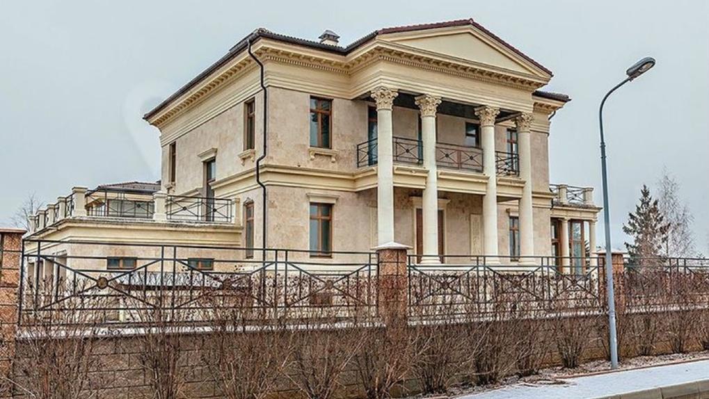 Дом в омской деревне, выставленный на продажу, оказался одним из самых дорогих в России