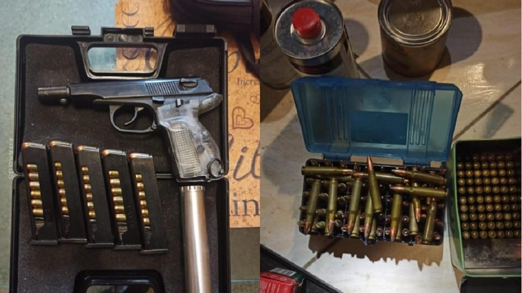 Автомат, четыре тысячи патронов и пистолет: у новосибирца изъяли огромный арсенал оружия