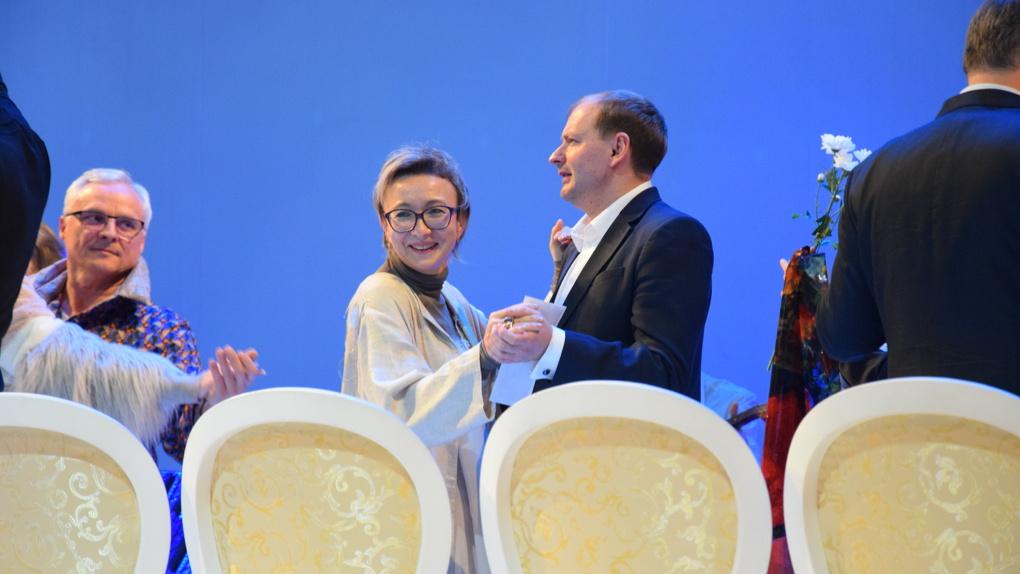Компанейщиков станцевал вальс на сцене омского Арт-манифеста