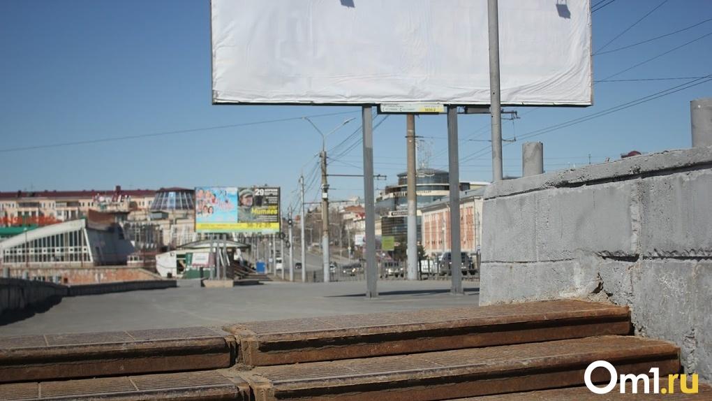 На Левобережье Омска разобрали 56 рекламных конструкций и вывесок
