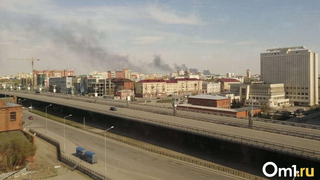 На территории военного склада в Омске горели покрышки и старые машины (фото)