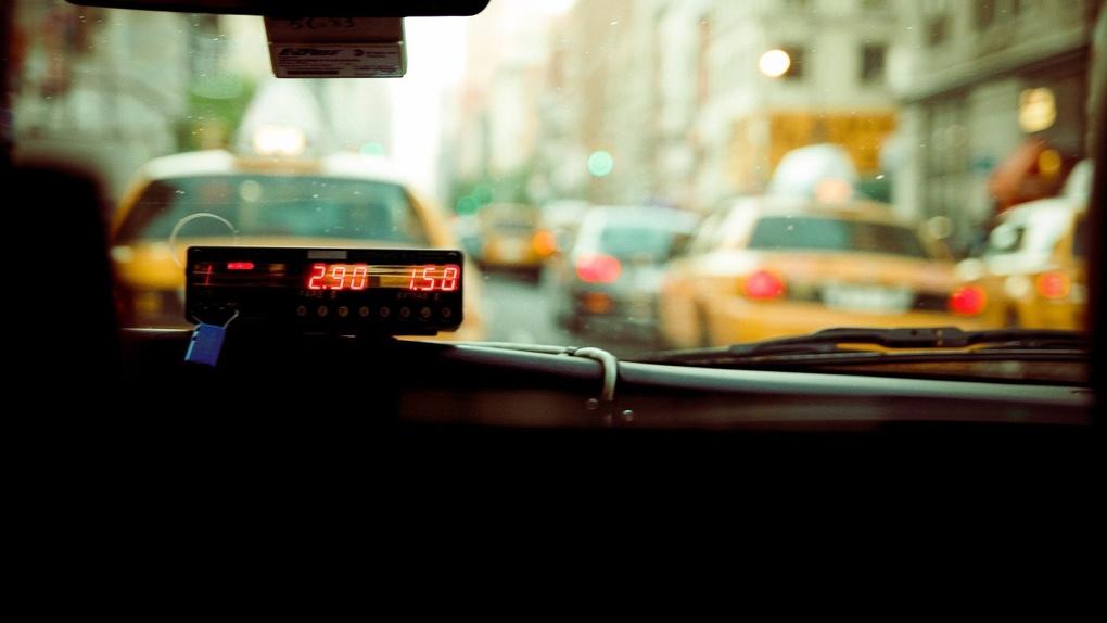 «За два рубля готовы удавиться»: омичка избила таксиста за следование правилам