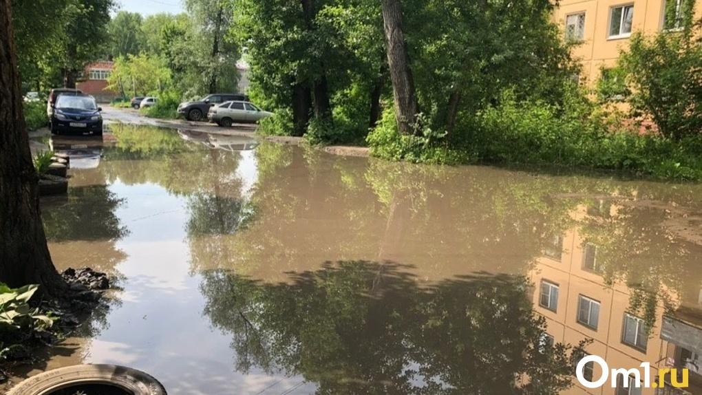 Из-за первого сильного ливня в Омске затопило дороги, из ливнёвок забили ключи