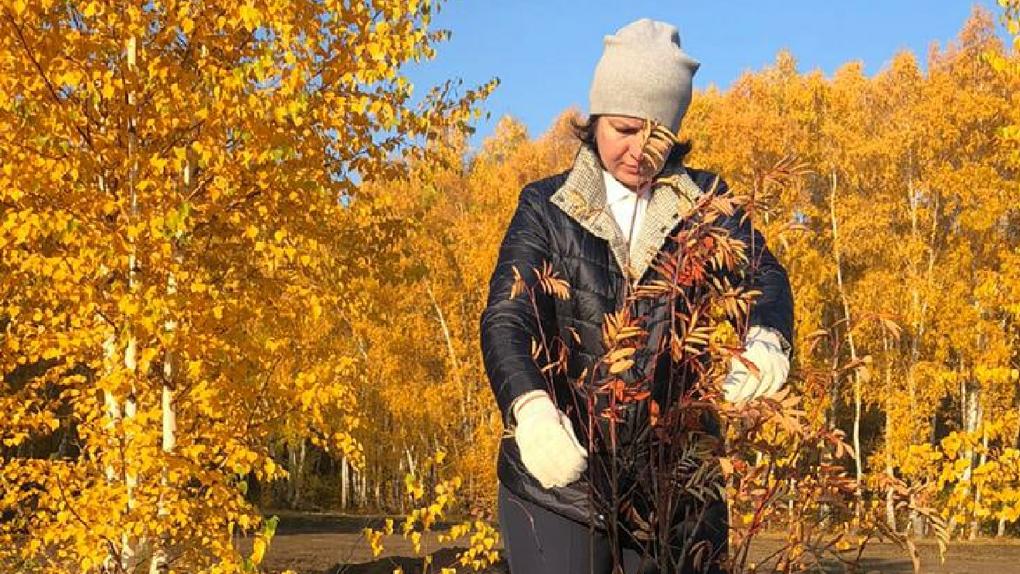 Оксана Фадина посадила первое дерево в новом сквере «Зеленая река»