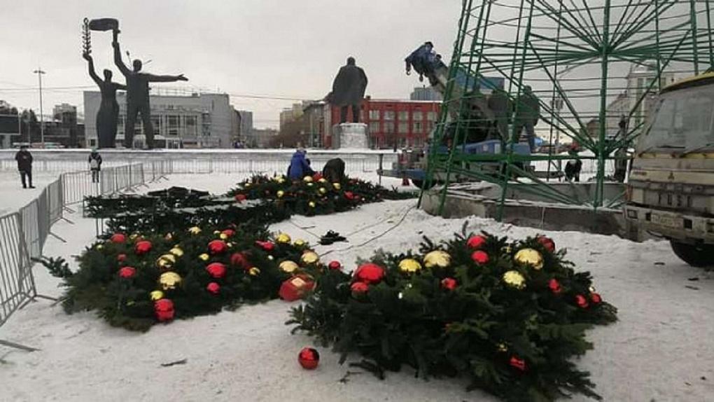 Главную новогоднюю ёлку демонтировали в Новосибирске с задержкой на неделю