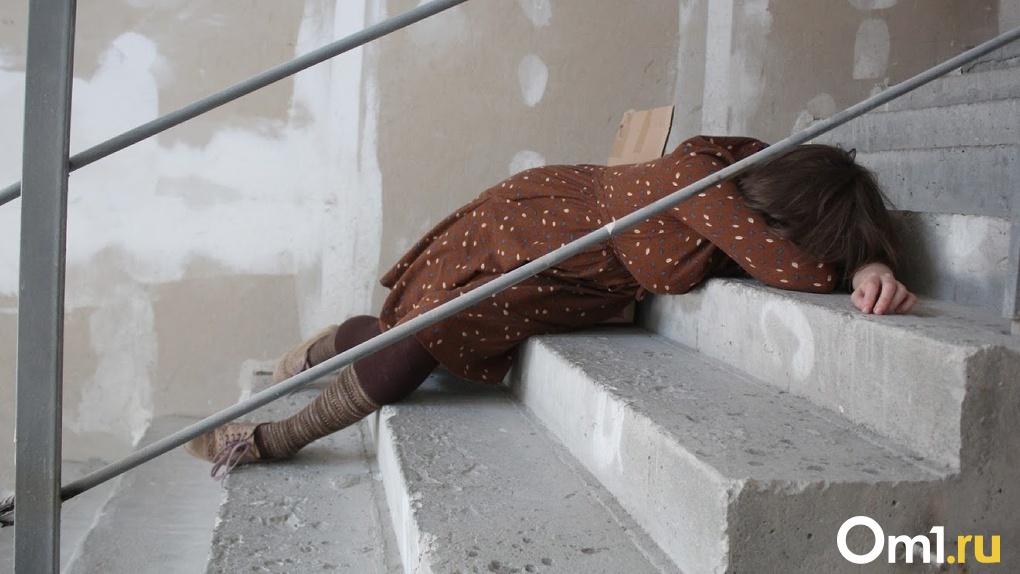 Страшная находка. Жители Московки нашли в подъезде дома труп омички