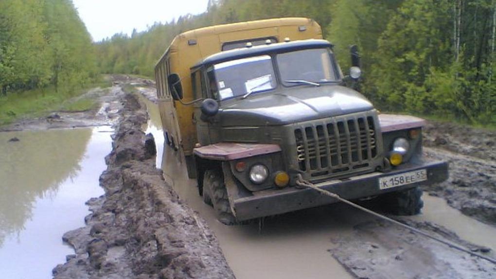 Застревают скорые и автобусы. Каждой осенью село в Омской области остаётся отрезанным от цивилизации