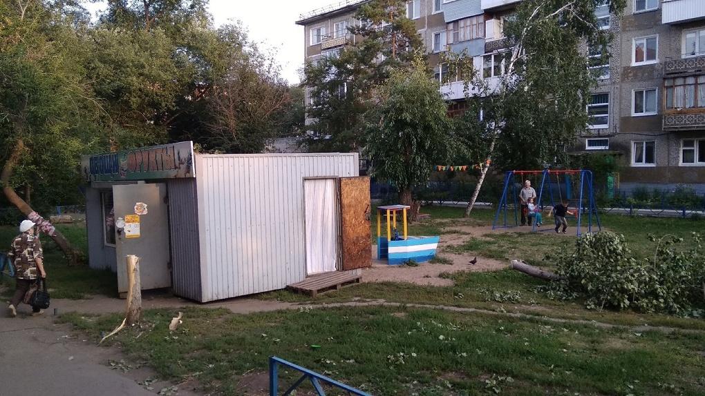 В Омске владельцы киоска захватили детскую площадку